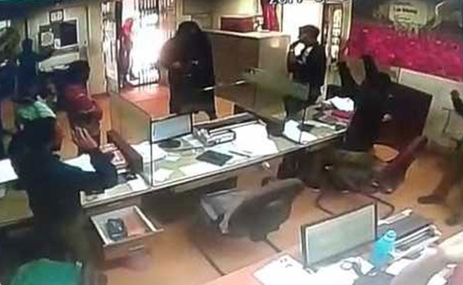 Burqa clad gunmen loot Rs 5.20 lakhs from bank
